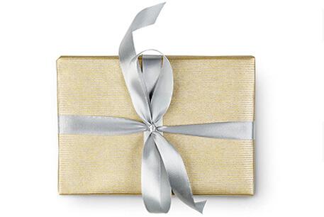 Goldenfarbene Geschenk-Box mit silberner Schleife