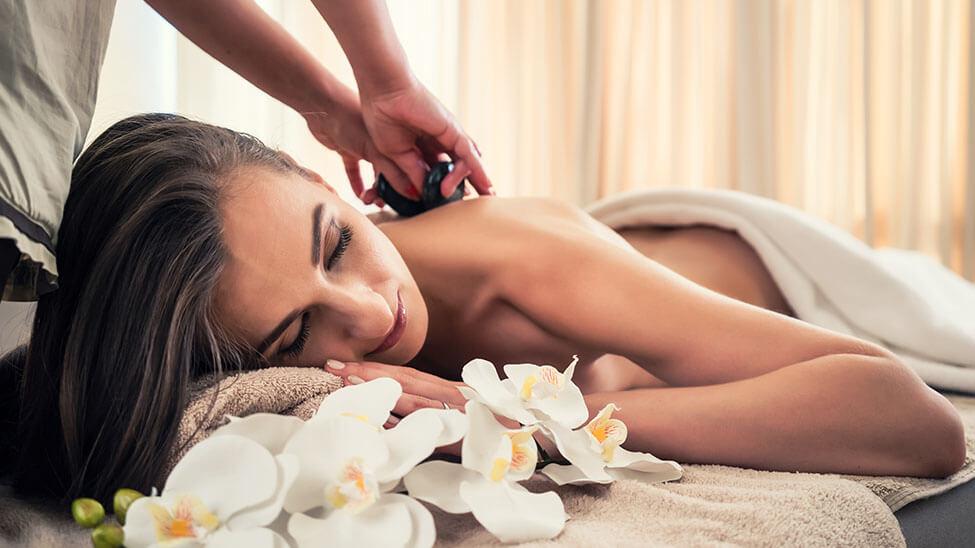 Frau entspannt bei Massage mit Steinen