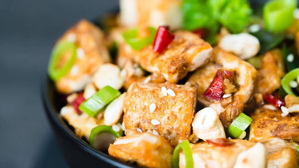 Teller mit Tofu und anderen Zutaten der asiatischen Küche