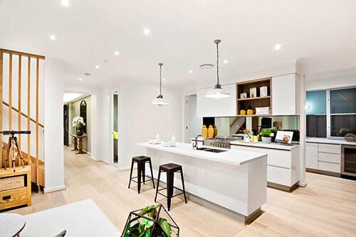 Beleuchtung in Küche - Halogen-Deckenleuchten und Lampen, die einen hellen Raum erschaffen