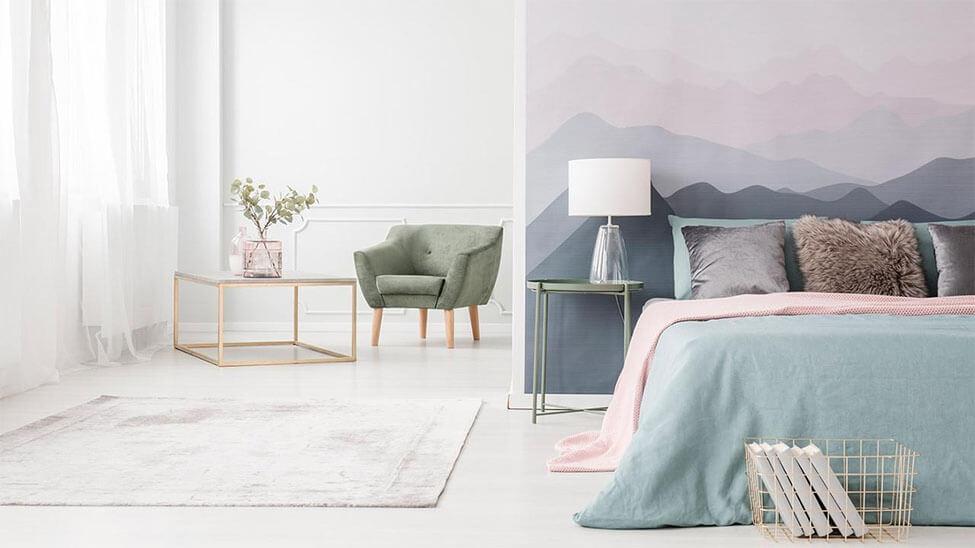 Helles Schlafzimmer mit Deko Aufkleber an der Wand hinterm Bett