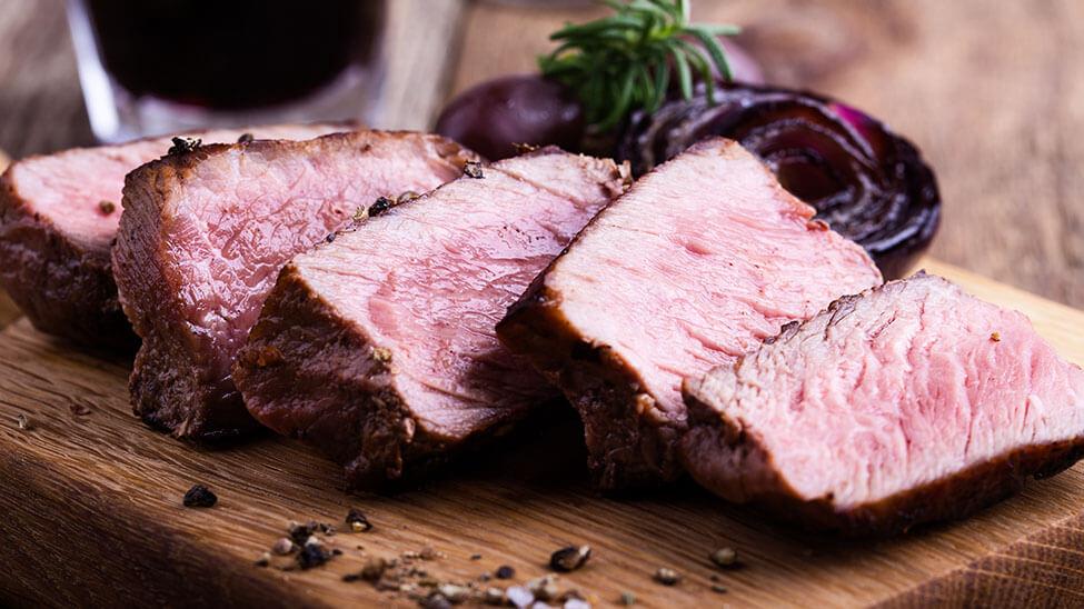 Sehr eiweißreiches Fleisch in Scheiben geschnitten