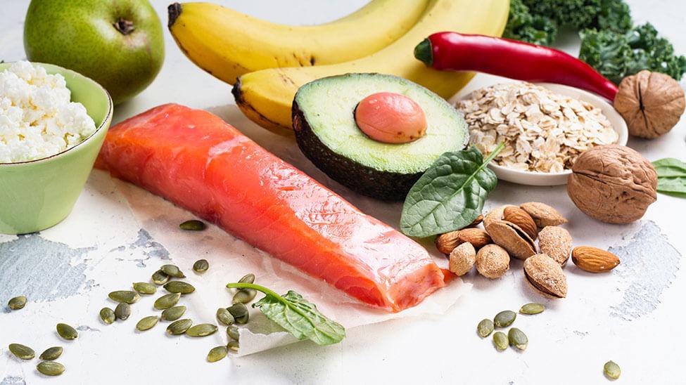Nahrungsmittel mit wenig Kohlenhydraten wie Fisch, Avecado oder Nüssen