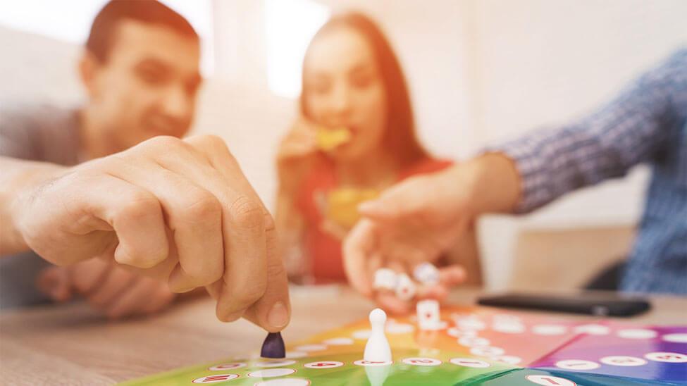 Familie spielt Brettspiel während gemeinsamer Familienzeit