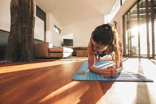 Junge Frau macht Fitness-Sport zuhause