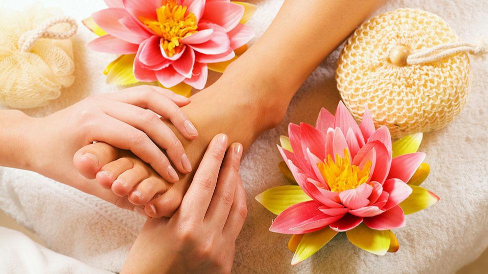 Massage eines Fußes in entspannter Atmosphäre