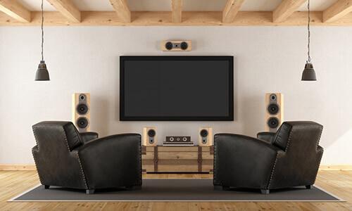 Heimkino mit zwei Sesseln, Stereoanlage und Flachbild-TV