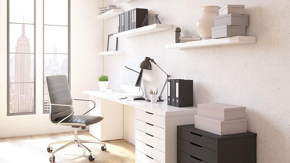 Helles Home Office mit Blick auf Stadt