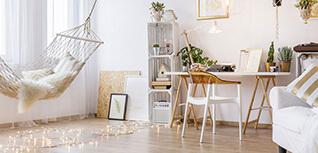 Arbeitsbereich in Wohnung mit Hängematte, Lichterketten, Tisch und viel Deko