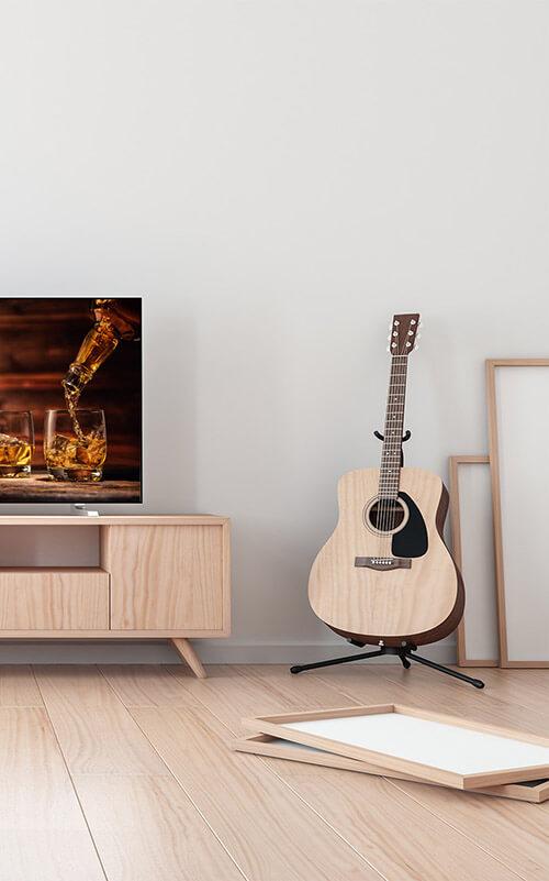 Gitarre neben Bilderrahmen