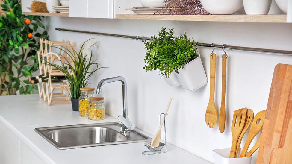Schön aufgeräumte Küche mit verschiedenen Utensilien