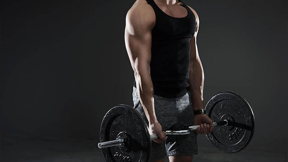Muskulöser Mann führt die Kraftsport Übung Kreuzheben durch