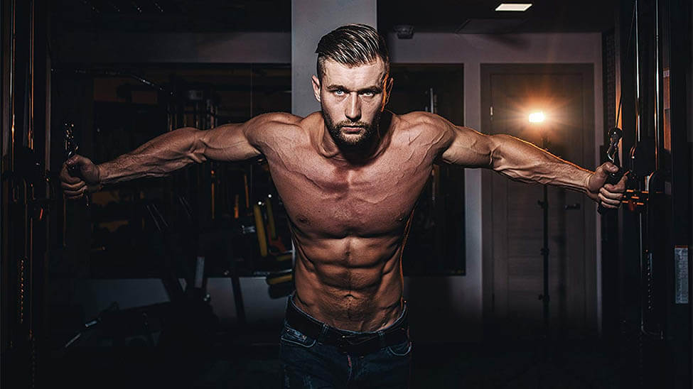 Mann macht zuhause Brustmuskel Übungen.