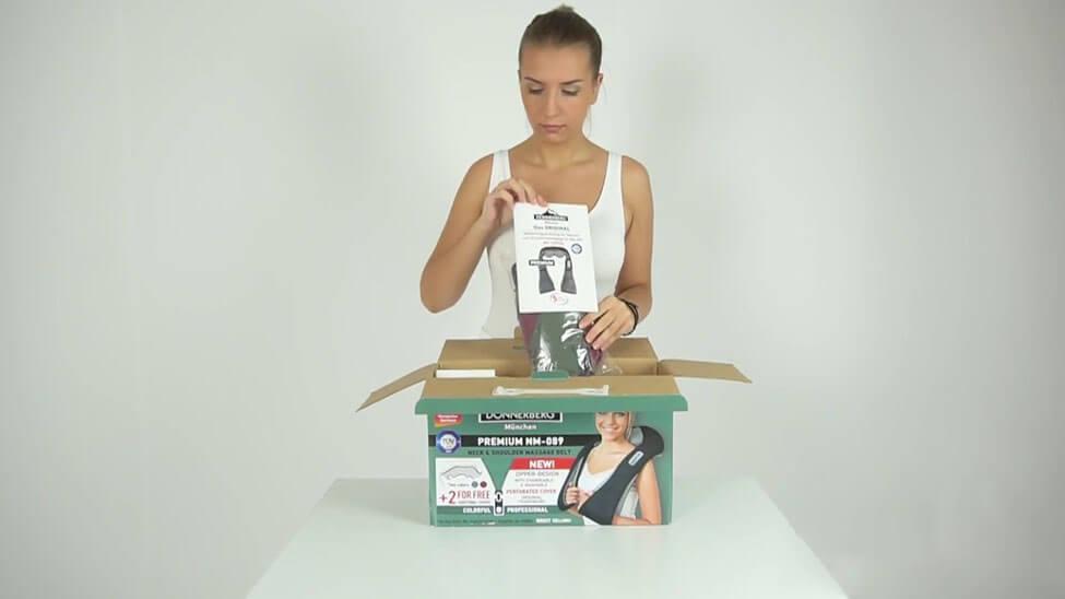 Frau packt Massagegerät für Zuhause von Donnerberg aus