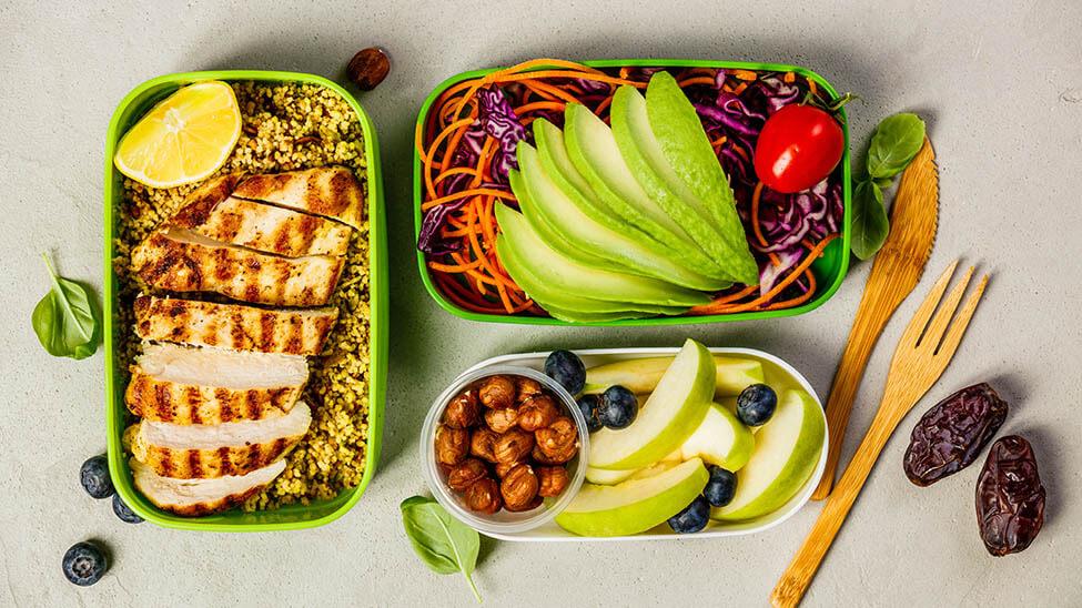 Meal Prep Low Carb mit Putenfleisch, Nüssen, Gemüse und Obst
