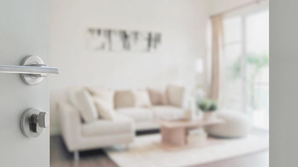 Verschwommene Aufnahme eines Wohnzimmers, das sehr minimalitisch eingerichtet zu sein scheint