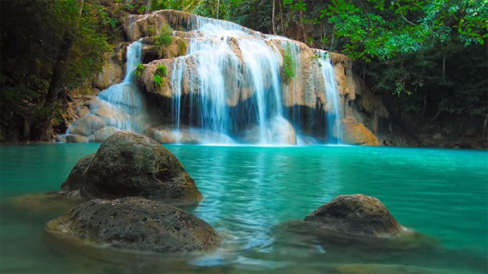 Kleiner See und Wasserfall, der Entspannung suggerieren soll