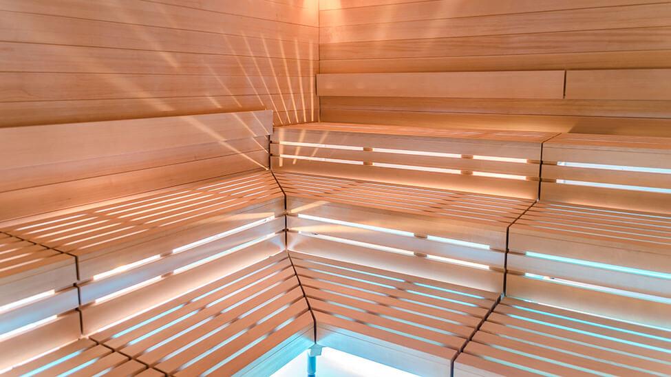 Edle Sauna von innen mit Beleuchtung