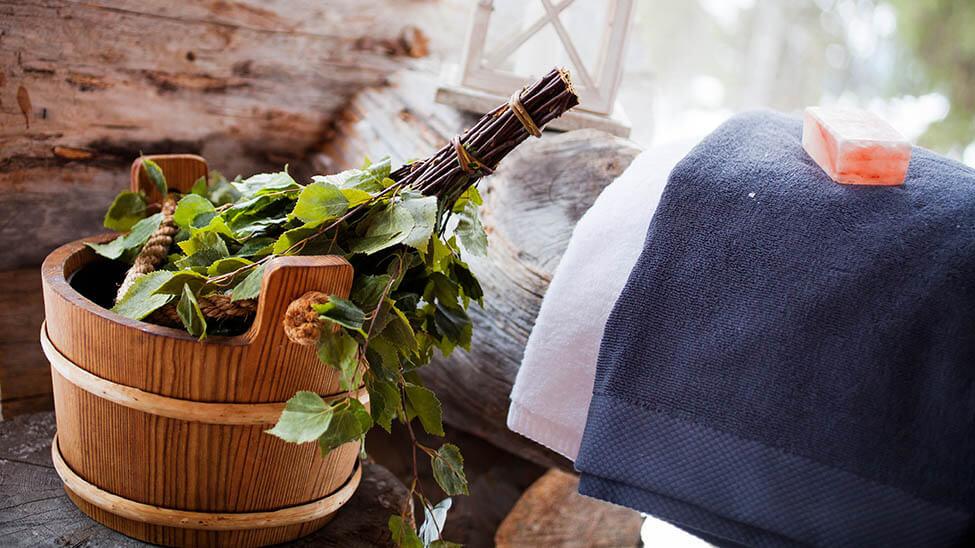 Produkte für Sauna wie Handtücher, Eimer für Aufguss und Kristalle