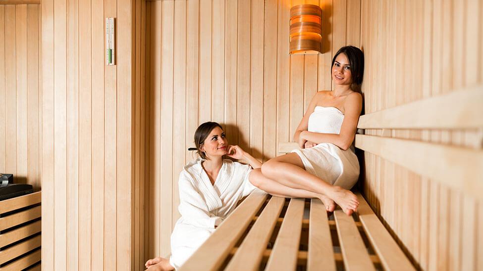 2 Frauen in der Sauna