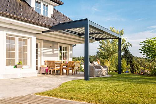 Blick auf Garten und Terrasse mit Lamellen-Terrassenüberdachung
