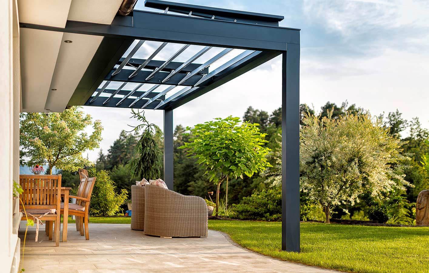 Terrasse mit Terrassenüberdachung mit grünem Garten, sehr idyllisch und entspannend