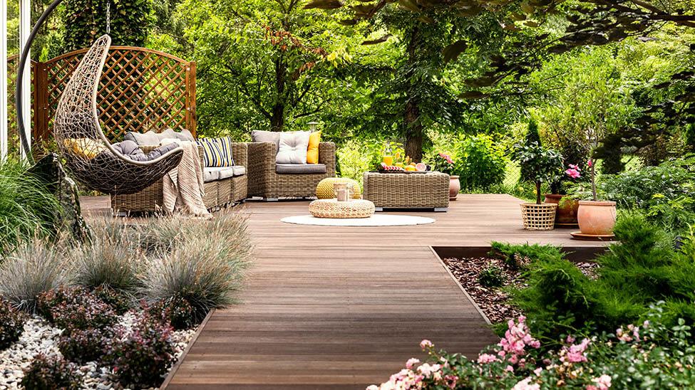 Schön gestaltete Terrasse mit Terrassenmöbeln und viel Natur drumherum