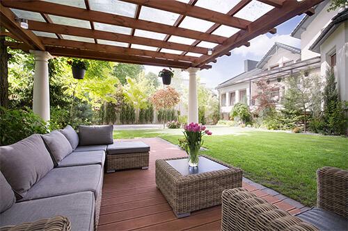 Terrasse mit Terrassenmöbel und Terrassenüberdachung
