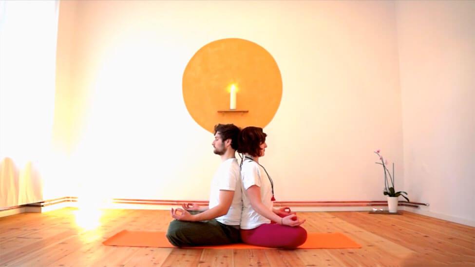Paar macht zusammen Yoga-Übungen