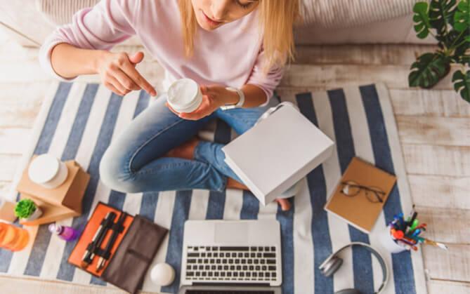 Frau testet diverese Relax- und Wellness-Produkte