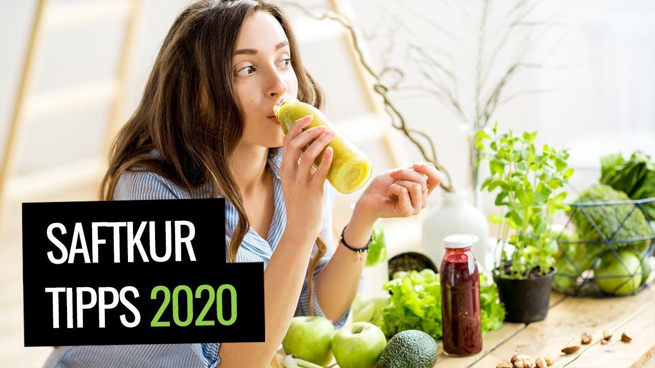 Frau macht Saftkur mit Saft aus Gemüse und Obst