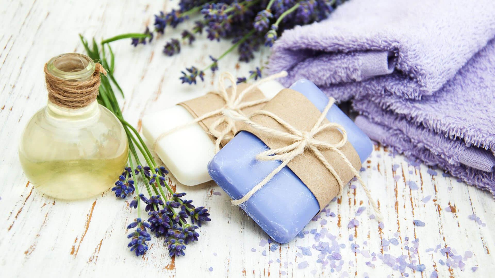 Bestandteile eines Beauty-Abends: Seifen, Öl, Blumen, Handtücher