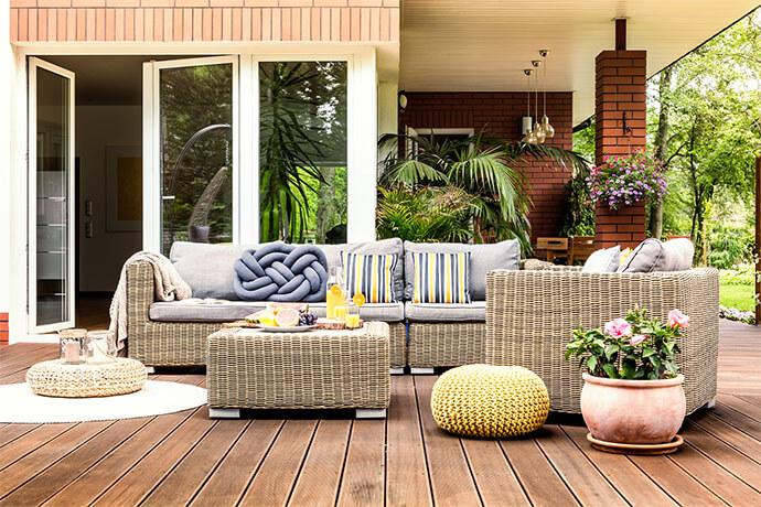 Garten-Terrasse mit Polyrattan-Möbeln