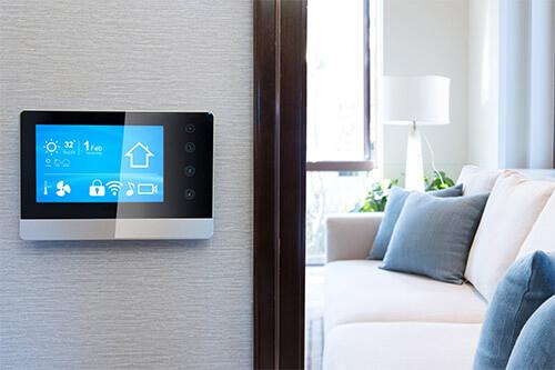 Digitale Anzeige an Eingang zum Schlafzimmer, die die Luftfeuchtigkeit im Schlafzimmer angibt