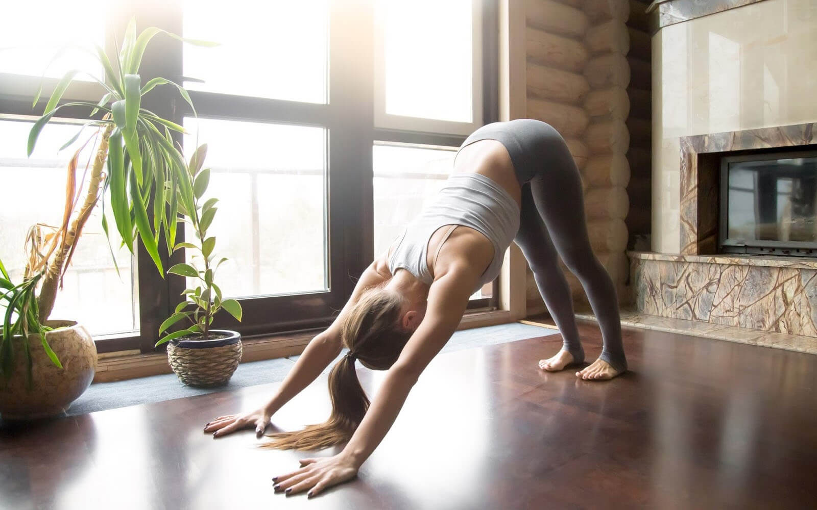 Frau streckt sich bei einer Übung in einem selbst eingerichteten Meditationsraum