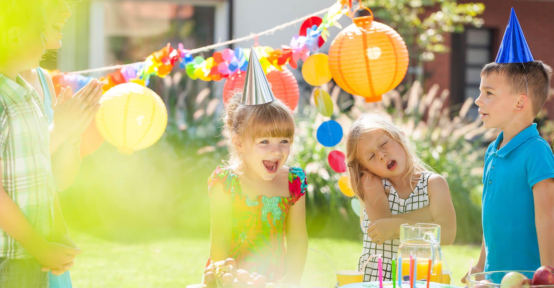 Kinder spielen draußen im Garten Geburtstagsspiele