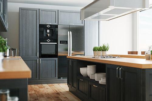 Schöne, aufgeräumte Küche in dunklem Ton