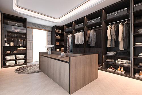 Großer Raum mit mehreren gut aufgeräumten Kleiderschränken