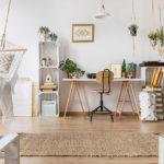 Home Office mitten im Wohnzimmer mit Hängematte