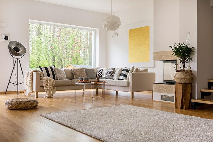 Cremefarbenes Wohnzimmer mit Sofa und extravaganter Lampe