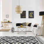 Schicke, morderne Wohnzimmereinrichtung mit grau und schwarz als dominierenden Farben