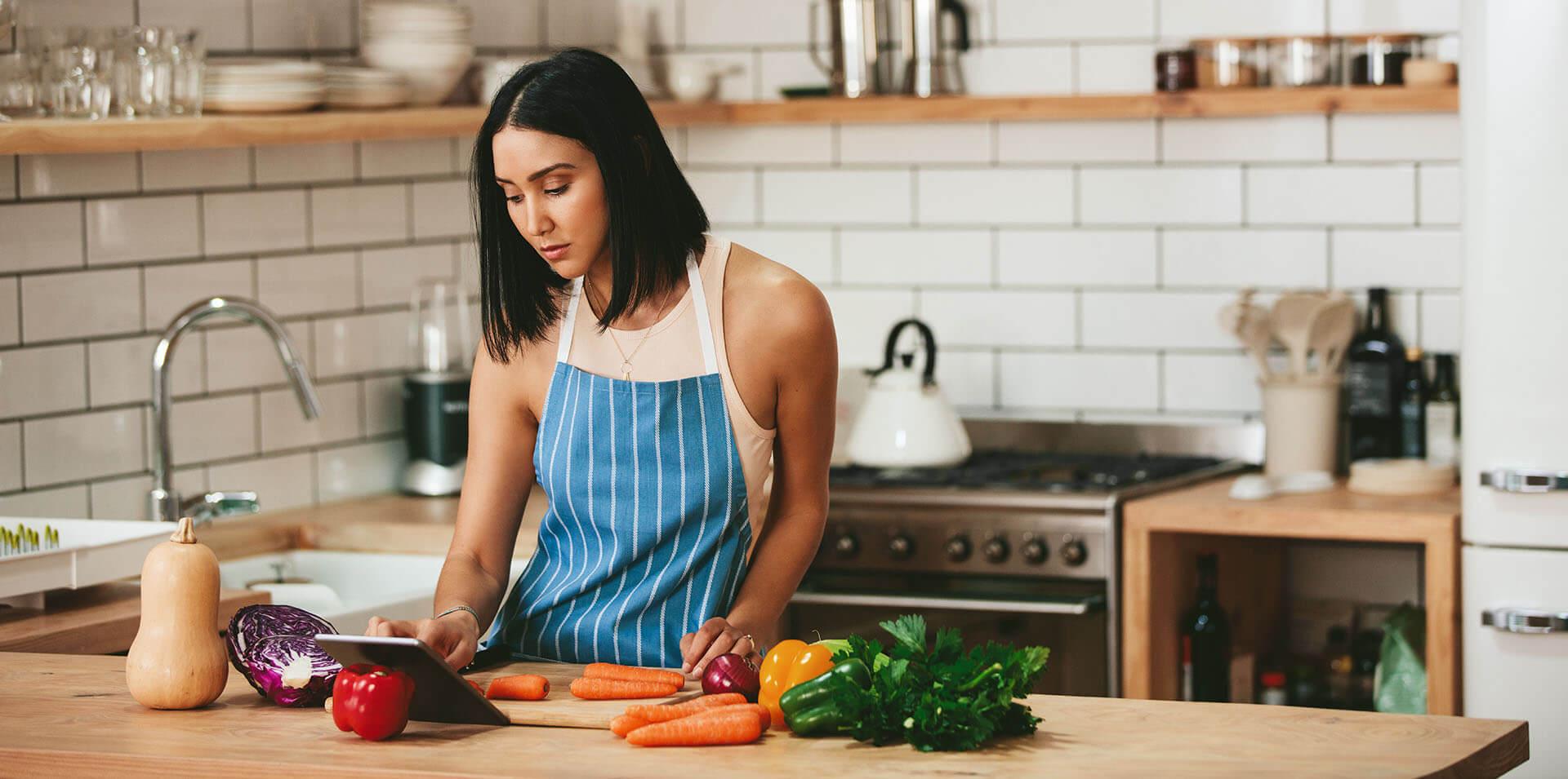 Frau macht in der Küche ein Gericht aus Gemüse zum schnellen Abnehmen