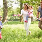 Familie spielt im Garten während gemeinsamer Familienzeit
