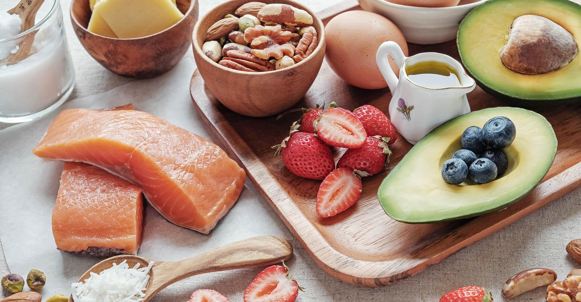 Viele klassische Bestandteile einer ketogenen Diät wie Lachs, Früchte, Nüsse und Eier