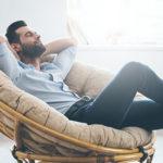 Mann entspannt ganz lässig in Sessel