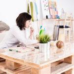 Frau arbeitet konzentriert und motiviert von zuhause aus