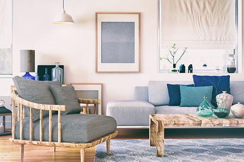 Wohnzimmer mit Couch, Sessel und Tisch in starken Pastellfarben eingerichtet