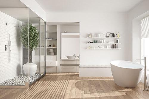 Stylisches Luxus-Badezimmer in hellen Farben