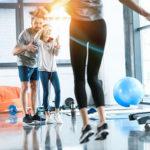 Kind macht mit seinen Eltern CrossFit Übungen