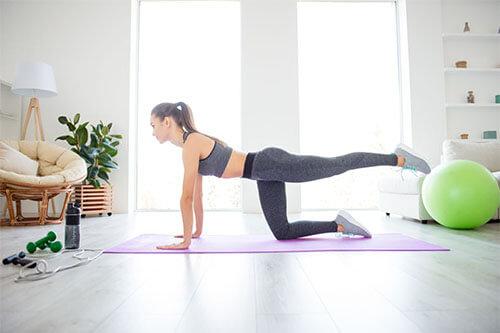 Frau macht zuhause Crossfit Übung